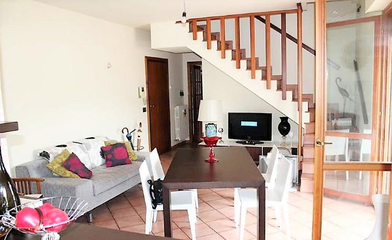 soggiorno con scala interna per terzo piano